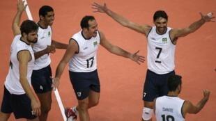 Seleção de vôlei masculino comemora ponto contra a equipe alemã.