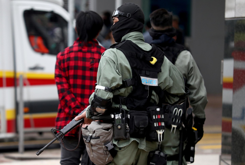 Một cảnh sát chống bạo động trước Đại học Bách khoa Hồng Kông ngày 19/11/2019.