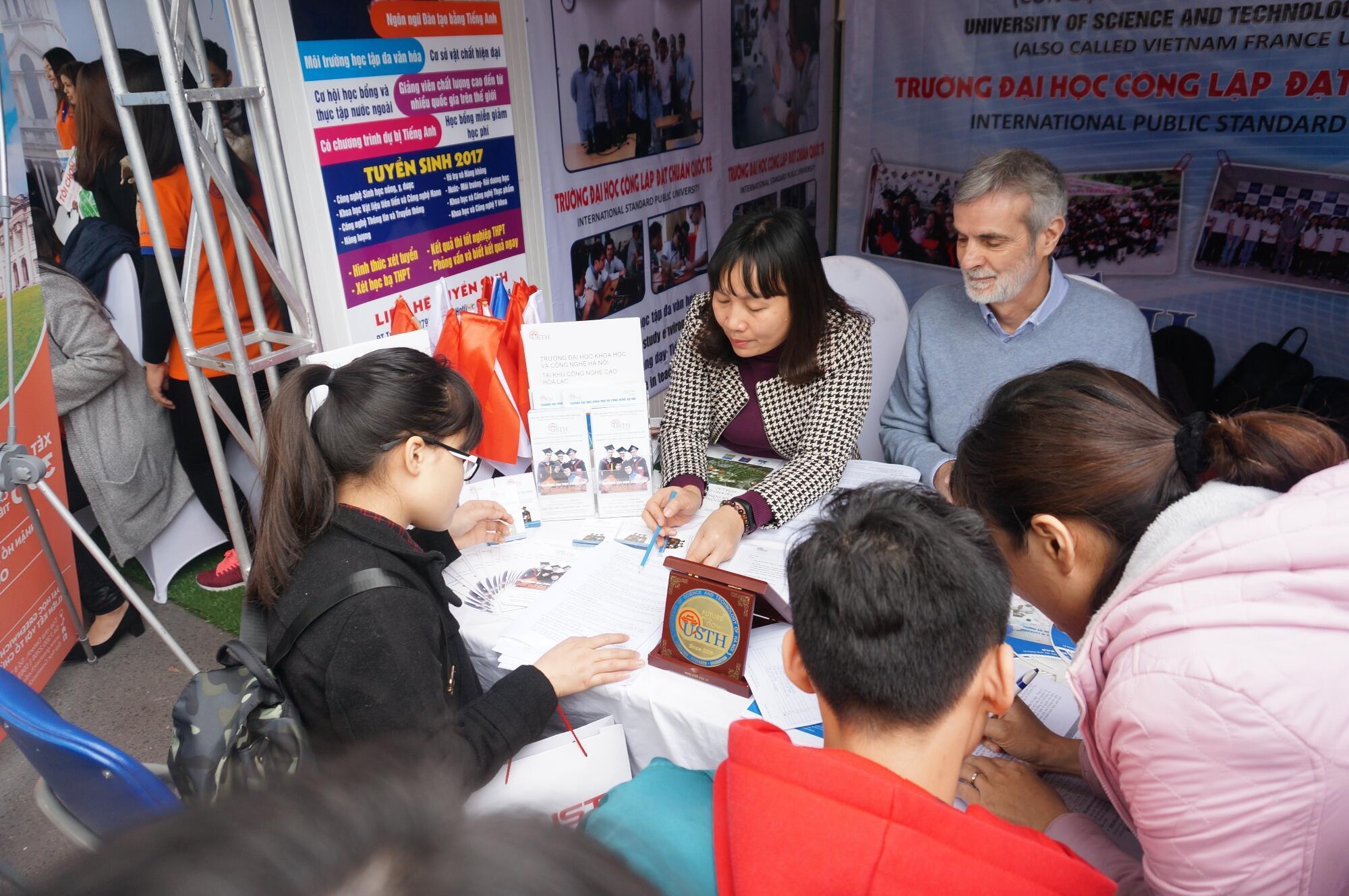 """G.S. Patrick Boiron, hiệu trưởng đại học USTH, giới thiệu về trường trong ngày giao lưu """"Open Day 2017"""", Hoàng Quốc Việt, Hà Nội."""