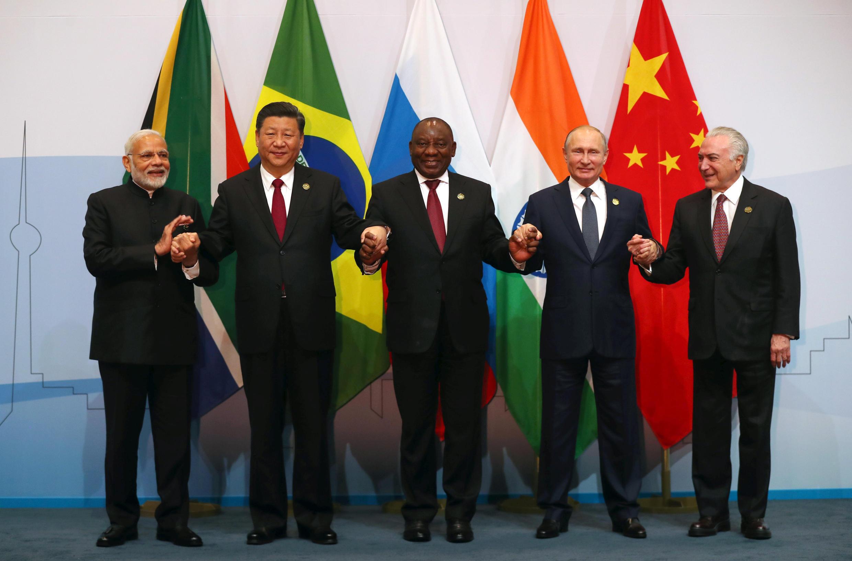 Le Premier ministre indien Narendra Modi, les présidents Xi Jinping, Cyril Ramaphosa, Vladimir Poutine et Michel Temer posent lors du sommet des BRICS à Johannesburg, en Afrique du Sud, le 26 juillet 2018.