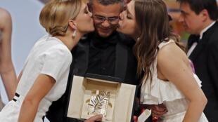 O diretor  Abdellatif Kechiche recebeu a Palma de Ouro del Festival de Cannes acompanhado pelas duas atrizes principais.
