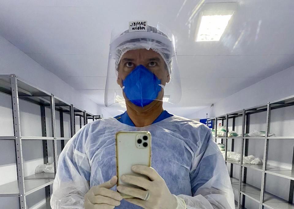 O cardiologista Daniel Carreiro se prepara para atuar no combate à Covid-19 no hospital de campanha do Parque dos Atletas, na Barra da Tijuca.