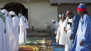 Des soufis prient dans une mosquée de Bamako, le 31 juillet 2020, pendant la fête de la Tabaski.