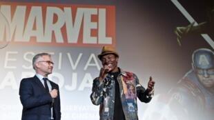 L'acteur ivoirien Isaach de Bankolé présente l'avant-première de «Black Panther» projeté à l'hôtel Ivoire d'Abidjan le 16 février 2018. A ses côtés, Jean-François Camilleri, président de Walt Disney Company France & Afrique francophone.