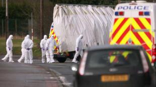 Des experts de la police médico-légale sont sur le site du régiment du génie, à Massereene, le 8 mars 2009.