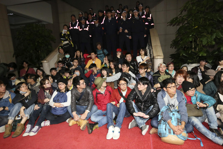 Plusieurs centaines de manifestants ont occupé dimanche soir une partie du siège de l'exécutif de Taiwan.