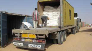 Le Programme alimentaire mondial distribue des aliments de base (farine, sucre, huile, céréales) aux réfugiés sahraouis.