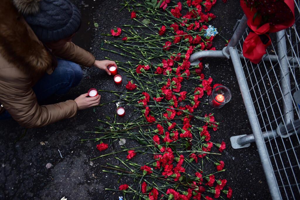 Habitantes de Istambul colocam flores em frente a boate em Istambul