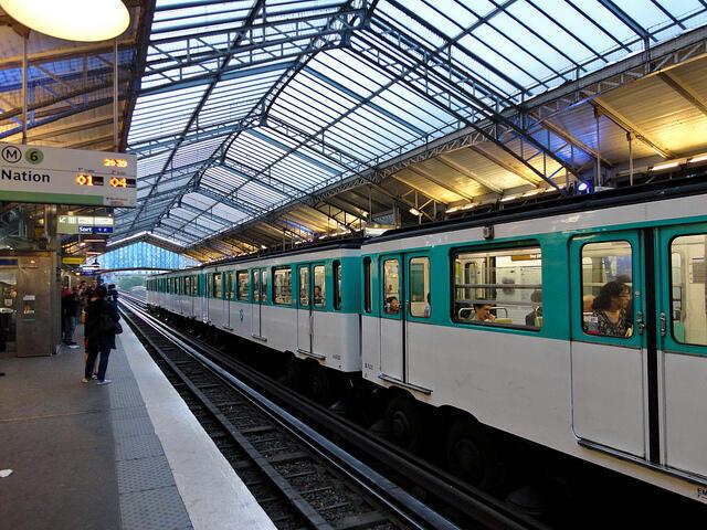 Avec ses lignes de métro aériennes, Paris est devenu un des lieux de prédilection du train-surfing.