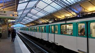 Algumas estações do metrô de Paris rede sem fio gratuita aos passageiros.
