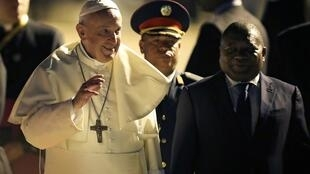 Papa Francisco é recebido pelo presidente moçambicano Filipe Nyusi na chegada à capital Maputo, 04/09/2019