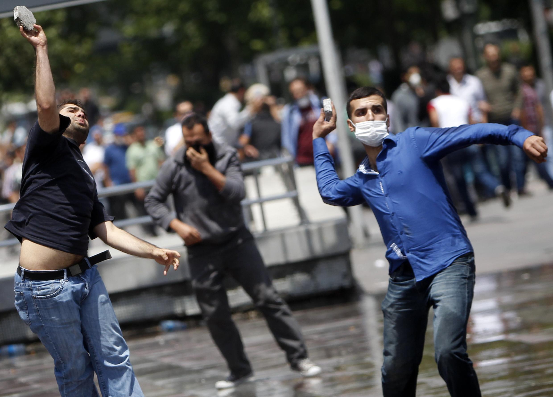 Face aux canons à eau, les manifestants d'Ankara jetent des pierres aux forces de l'ordre.