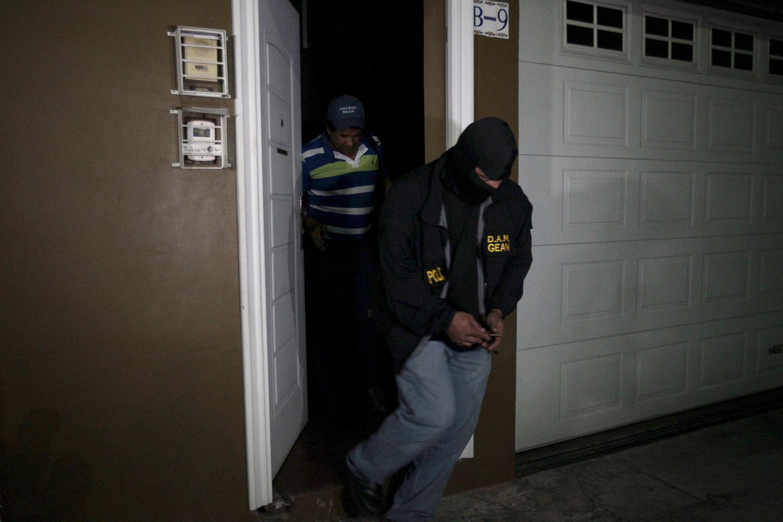 Agentes policiales durante el allanamiento de la casa del exoficial militar Carlos Mauricio Guzmán Aguilar, San Salvador, 5 de febrero de 2016.