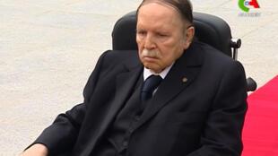Abdelaziz Bouteflika, Julai 5, 2016, akizuru makaburi akitumia kiti cha magurudumu wakati wa maadhimisho ya miaka 57 ya uhuru wa Algeria.