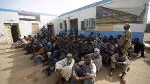 A foto mostra clandestinos abandonados por atravessadores no deserto entre o Sudão e a Líbia, no dia 3/05/2014.