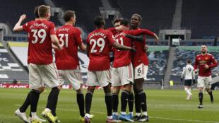 L'attaquant de Manchester United, Mason Greenwood, est félicité par ses coéquipiers après avoir marqué le 3e but face à Tottenham, lors de leur match de Premier League, le 11 avril 2011 au Hotspur Stadium à Londres