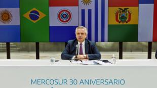 El presidente argentino Alberto Fernández pronuncia un discurso durante una cumbre virtual del Mercosur por el 30 aniversario de su creación, el 26 de marzo de 2021 en la Casa Rosada de Buenos Aires