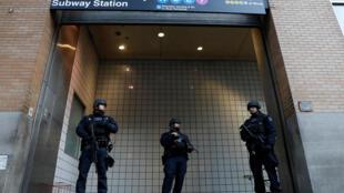 Policiais vigiam entrada do metrô Port Authority em Nova York em 11 de dezembro de 2017.