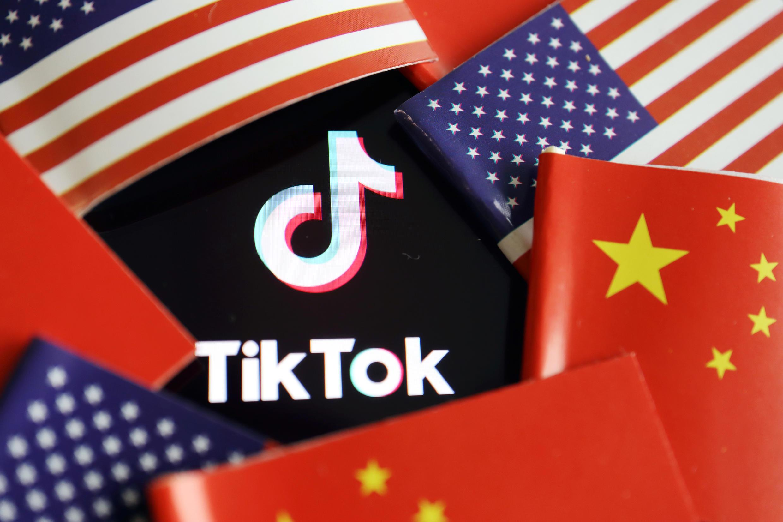 中國和美國國旗與TikTok標識特寫