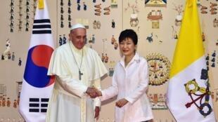 O Papa Francisco foi recebido nesta quinta-feira, 14 de agosto de 2014, pela presidente Park Geun-Hye.