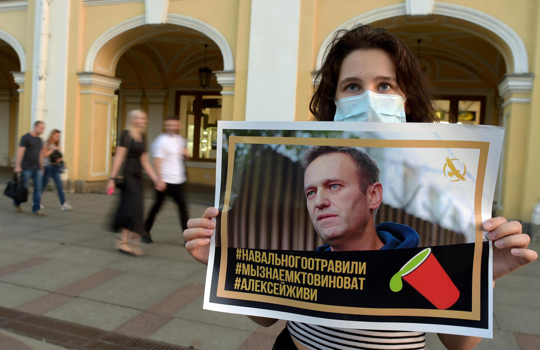 Apoiadores de Navalny acreditam que ele tenha tomado chá envenenado no aeroporto da Sibéria.