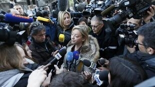 A porta-voz de Schumacher, Sabine Kehm, fala com josnalistas na entrada do hospital de Grenoble, 1° de janeiro de 2014.