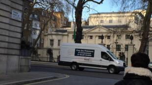 Le camion de l'ONG ALQST devant l'ambassade d'Arabie saoudite à Londres pour exiger la libération des prisonniers de conscience dans les prisons saoudiennes.