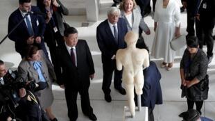 希腊总统帕夫洛普洛斯陪同中国国家主席习近平参观雅典卫城博物馆2019年11月12日