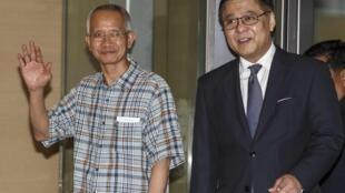 Ông Veera Somkwamkid được Ngoại trưởng Thái Sihasak Phuangketkeow đưa về Bangkok - REUTERS /Athit Perawongmetha