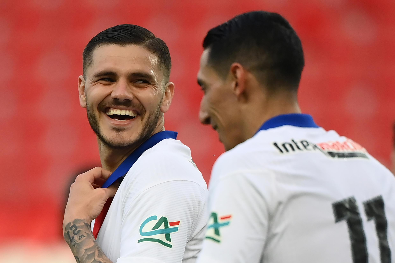 La joie des attaquants argentins du Paris Saint-Germain, Mauro Icardi (g) et Angel Di Maria, après le 4e but marqué par Icardi, lors de la victoire, 5-0 face à Angers, en quart de finale de la Coupe de France, le 21 avril 2021 au Parc des Princes