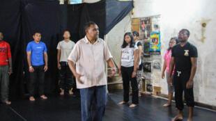 Henri Randrianierenana, metteur en scène et directeur de la compagnie Johary, donne un cours à ses tout nouveaux apprentis.
