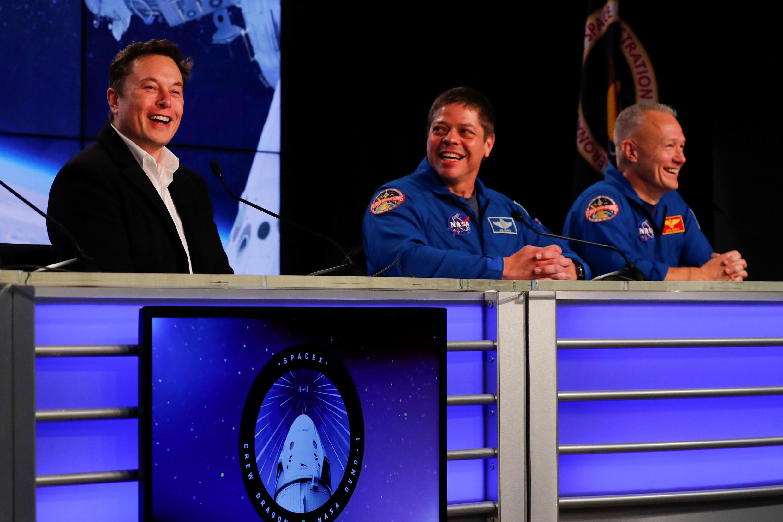 El fundador de SpaceX, Elon Musk con los astronautas de la NASA Bob Behnken y Doug Hurley, durante la conferencia de prensa, en Cabo Cañaveral,  después del lanzamiento con éxito del Falcon 9.