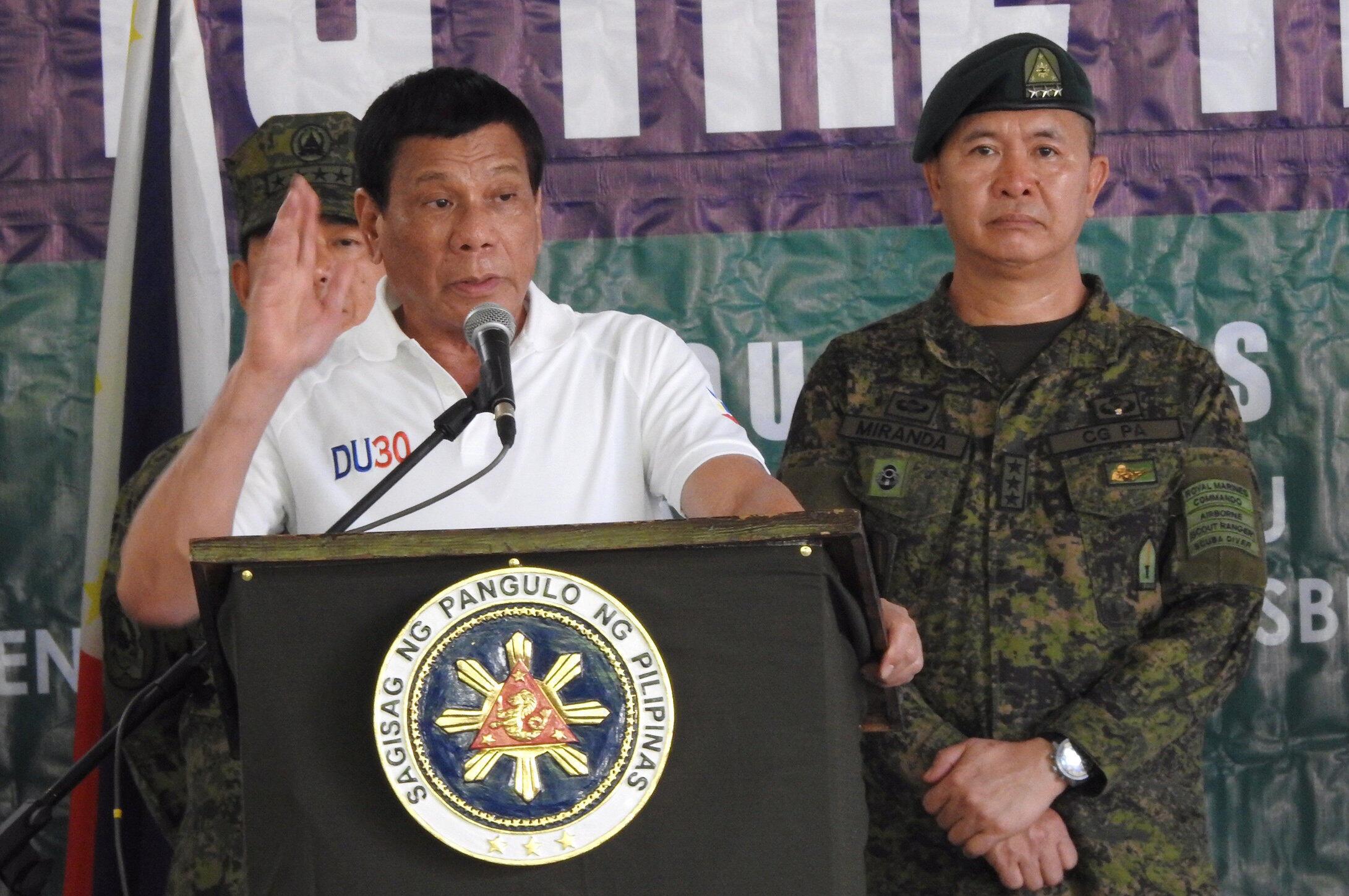 Ảnh minh họa : Tổng thống Philippines Rodrigo Duterte đến viếng căn cứ quân đội trên đảo Jolo, ngày 27/05/2017.