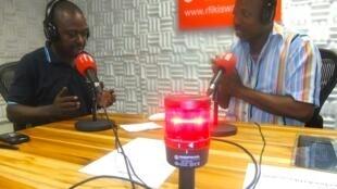 Edmond Lwangi Cheli na msanii wa nyimbo za jadi Che Mundu Gwao