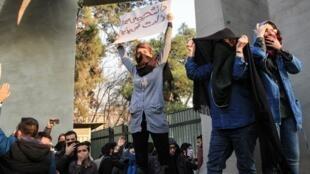 """""""استفن دودوآنون: حکومت اسلامی ایران در برابر تظاهرات اعتراضی که در این کشور ابعاد ملی یافته کاملاً غافلگیر شده است."""