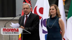Andres Manuel Lopez Obrador pourrait être le premier président de gauche de l'histoire du Mexique s'il est élu. Ici, lors d'un meeting de son parti Morena avec sa femme Beatriz Gutierrez Mueller, le 16 mars 2018 à Mexico.