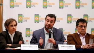 Mario Patron, diretor do centro de direitos humanos Miguel Agustin Pro Juarez, ao lado dos jornalistas mexicanos Carmen Aristegui e Daniel Lizarraga durante coletiva de imprensa na Cidade do México. 19/06/2017