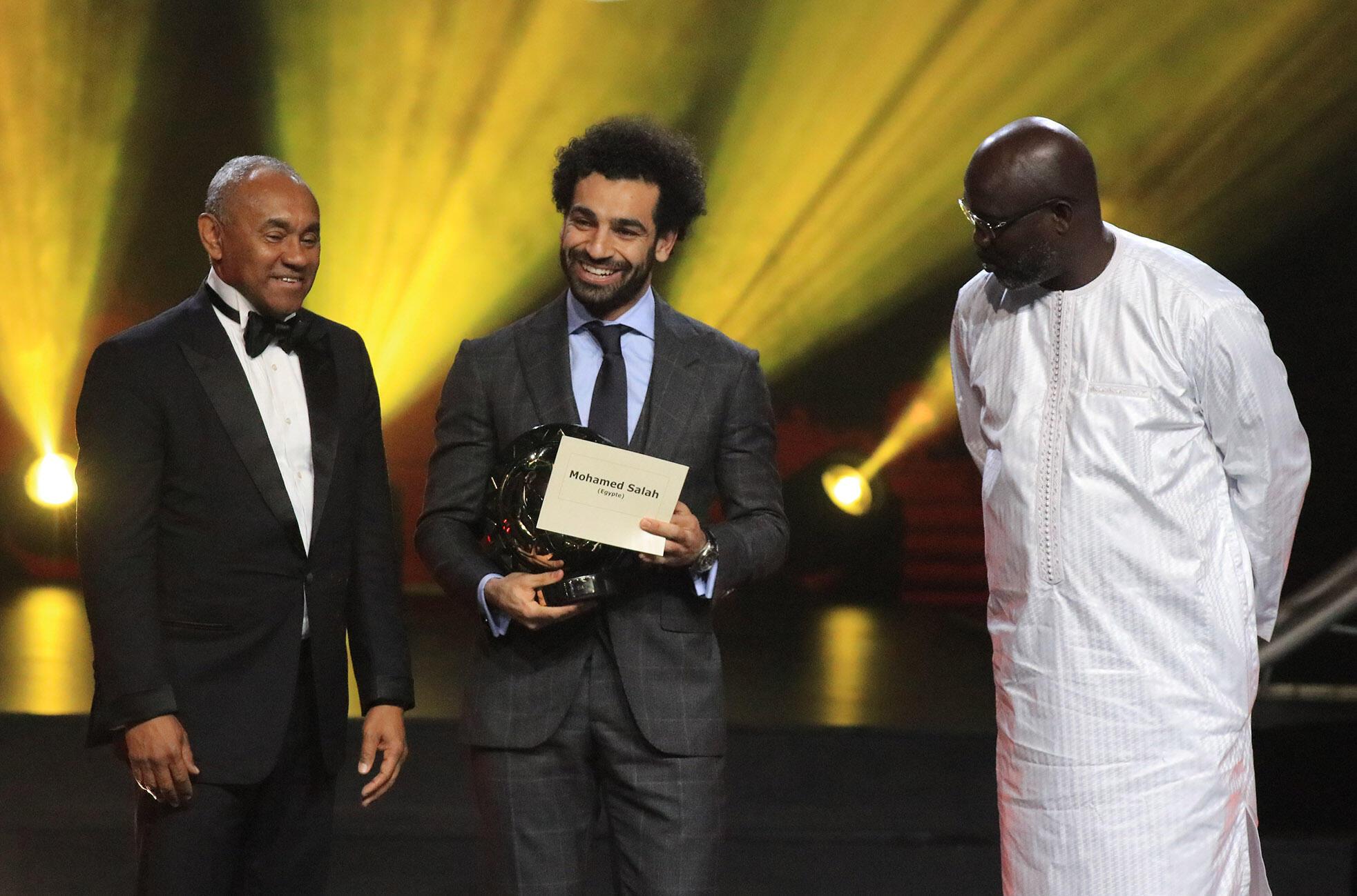 Mchezaji bora wa soka barani Afrika Mohamed Salah (Katikatie), akiwa na rais wa CAF Ahmad Ahmad (Kushoto)  na Liberia George Weah (Kulia)