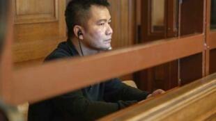 Bị cáo Nguyễn Hải Long ngồi trong phòng kính chống đạn tại tòa án Berlin, Đức, ngày 25/07/2018