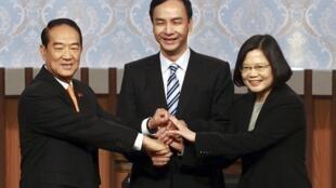 台灣總統選舉三黨候選人握手照片