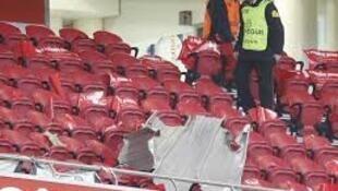 Vento forte arrancou placas da cobertura do Estádio da Luz