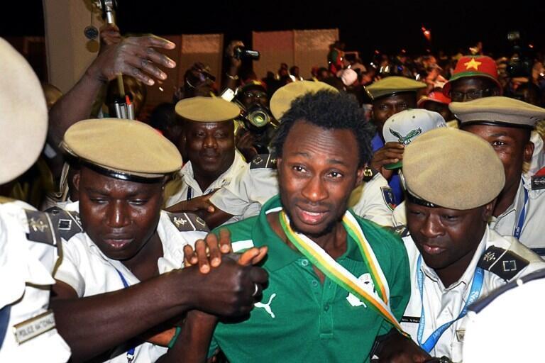 Jonathan Pitroipa, nommé meilleur joueur du tournoi, à son arrivée à Ouagadougou, le 11 février 2013.