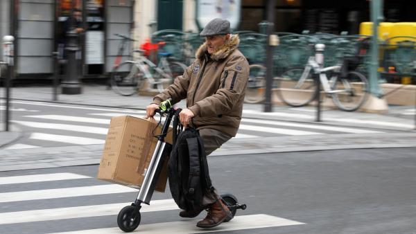 Parisienses tiveram que encontrar outros meios de locomoção para enfrentar a greve nos transportes públicos.