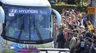 Torcedores recepcionam chegada de jogadores a Teresópolis nesta segunda-feira, 30 de junho.