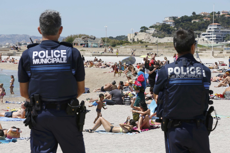 Полицейские на пляже в Марселе, 6 июля 2016 г.