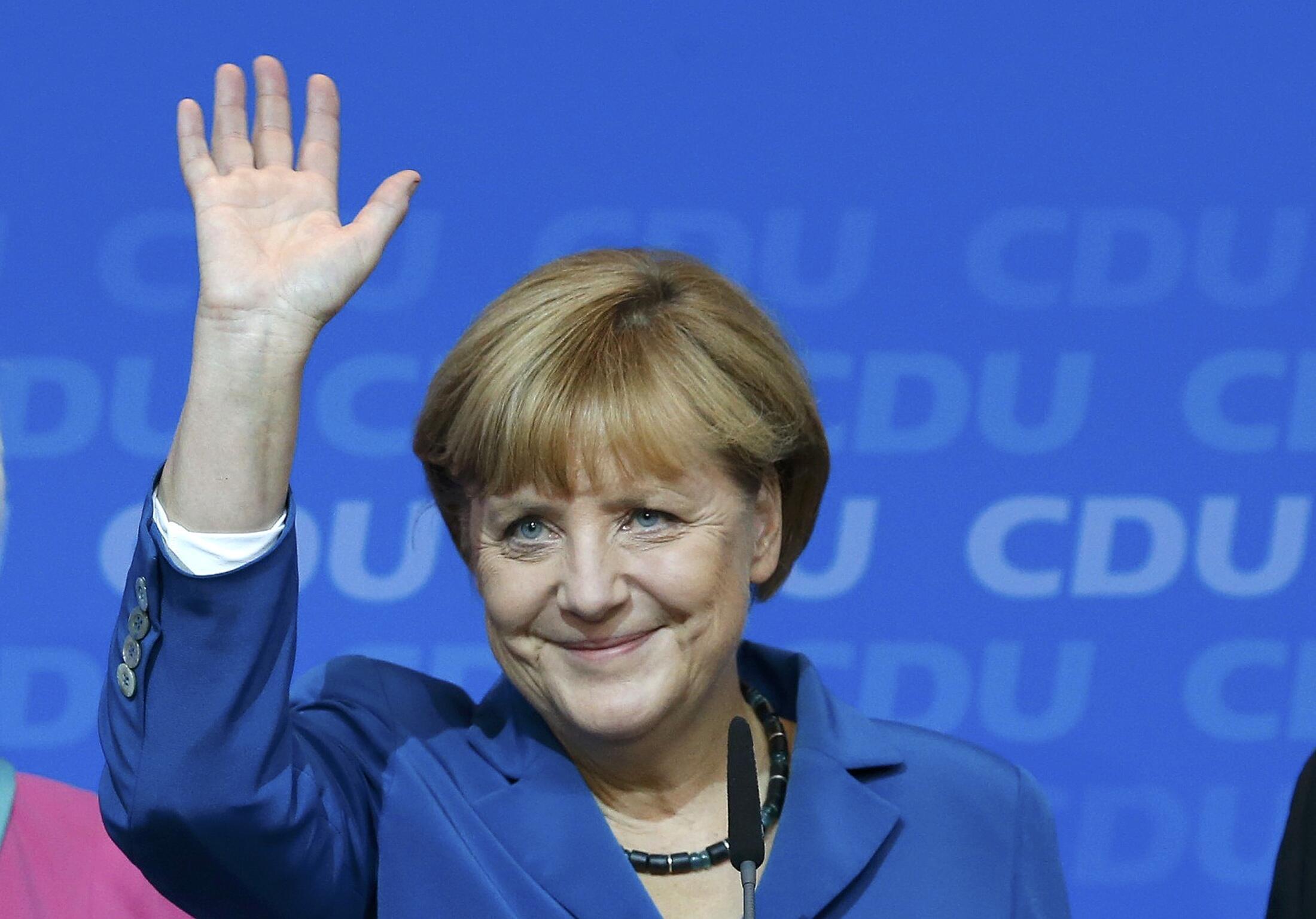 Angela Merkel saúda os seus partidários após o anúncio das da sua vitória nas legislativas alemãs 22/9/13