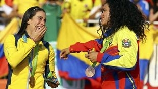 La colombiana Mariana Pajón se lleva la medalla de oro en BMX y la venezolana Stefany Hernández la de bronce.