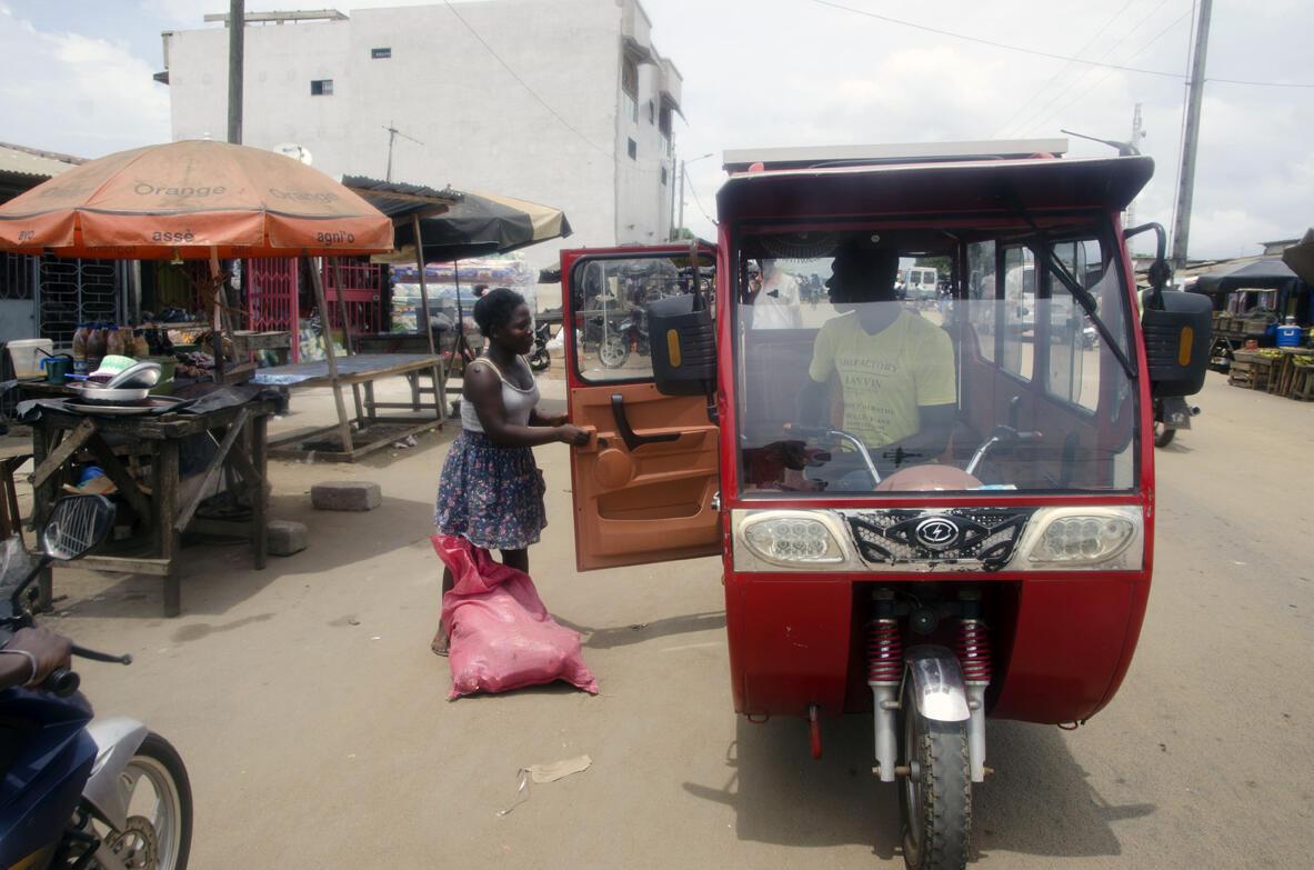 Depuis l'arrivée de ces taxi-solaires, près d'une vingtaine de jeunes de la ville ont été embauchés en tant que chauffeur ou technicien de maintenance. Un chiffre qui pourrait augmenter, à mesure du déploiement des voiturettes.