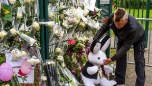 Flores em frente à residência de Angélique, assassinada pelo seu vizinho