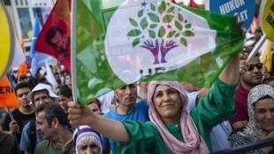 Une manifestante du droit des femmes brandit un drapeau du HDP, le mouvement pro-Kurde, le 1er septembre 2019.